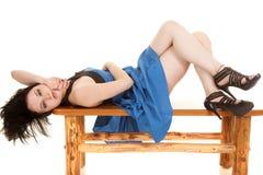 Blauer Kleidergesichtsdurchdringen-Lageblick lizenzfreie stockbilder