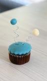 Blauer kleiner Kuchen lizenzfreie stockfotos