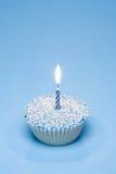 Blauer kleiner Kuchen mit Kerze Stockfoto