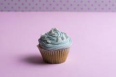 Blauer kleiner Kuchen mit Schlagsahne und Herz Lizenzfreie Stockbilder