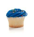 Blauer kleiner Kuchen mit spritzt auf Weiß Stockfoto