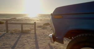 Blauer Kleintransporter geparkt auf dem Strand 4k stock video