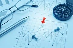 Blauer Kompass, Stift und Stift vom Zeichenpapier mit Maßeinteilung lizenzfreies stockbild