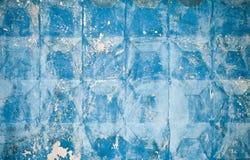 Blauer konkreter Zaun mit quadratischen Elementen lizenzfreie stockbilder