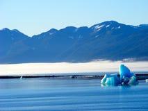 Blauer Kristalleisberg des alaskischen Morgens Stockfotografie