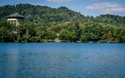 Blauer Kristallsee und Wald Stockfotografie