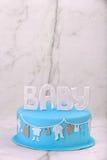 Blauer Kuchen des Geburtstages auf dem Steinhintergrund Stockfoto