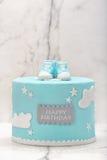 Blauer Kuchen des Geburtstages auf dem Steinhintergrund Stockfotos