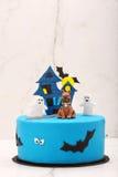 Blauer Kuchen des Geburtstages auf dem Steinhintergrund Stockbilder