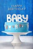 Blauer Kuchen des neugeborenen Geburtstages auf einem Steinhintergrund Lizenzfreies Stockbild