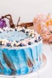 Blauer Kuchen mit Eibisch Lizenzfreie Stockfotografie