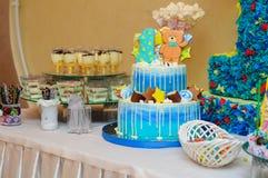 Blauer Kuchen mit einem Bären und Geburtstagssternchen Schokoriegel Lizenzfreie Stockfotografie