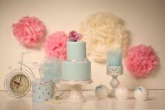 Blauer Kuchen mit Rosen Stockbilder