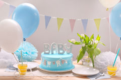 Blauer Kuchen und Ballone des Geburtstages auf Partei oder Aufnahme Stockbilder