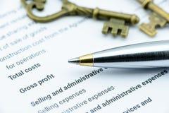 Blauer Kugelschreiber auf Gewinn- und Verlustrechnung einer Vereinigung Stockbild