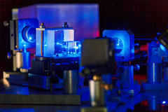 Blauer Laser in einem Quantenoptiklabor Stockfotos