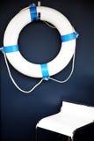 Blauer Lebensretter mit Stuhl lizenzfreie stockfotos