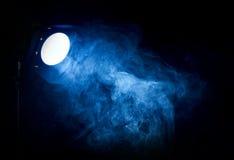 Blauer Lichtstrahl des Weinlesetheaters vom Projektor Stockbild