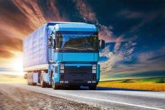 Blauer LKW auf Landstraße Stockfotos