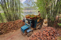 Blauer LKW der Weinlese, beladen von den Orangen in den Weidenkörben, China. Lizenzfreie Stockfotos