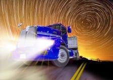 Blauer LKW nachts unter startrails Lizenzfreies Stockfoto
