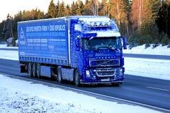 Blauer LKW Volvos FH12 460 halb, der im Schnee und im Eis tauscht Stockfotografie