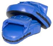 Blauer lochender Fokus-Handschuh-Ausschnitt lizenzfreies stockfoto