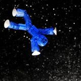 Blauer Mann, der in Weltraum schwimmt Lizenzfreies Stockfoto