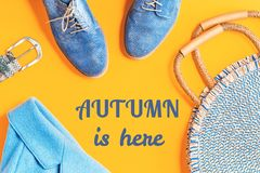 Blauer Mantel des Herbstes und metallische Schuhe mit runder Tasche lizenzfreies stockbild
