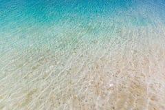 Blauer Meereswoge auf sandigem Strand, schönes Seenaturkonzept stockbilder