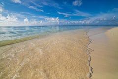 Blauer Meereswoge auf sandigem Strand, schönes Seenaturkonzept stockfoto