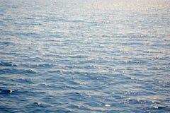 Blauer Meerwasserhintergrund Ruhewellen und -Glanz Lizenzfreie Stockbilder