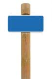 Blauer Metallschildbrett Signagekopien-Raumhintergrund, weißes Rahmen roadsign, alter gealterter verwitterter hölzerner Pfostenbe Stockbilder