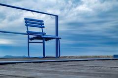 Blauer Metallstuhl auf hölzernem Pier am Balaton See Stockfotos