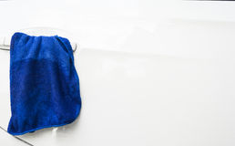 Blauer microfiber Stoff für Reinigungsauto Lizenzfreie Stockfotos