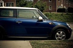 Blauer Mini Cooper Parked auf Straße Lizenzfreies Stockfoto