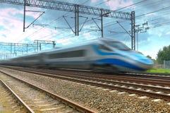 Blauer moderner Hochgeschwindigkeitszug in der Bewegung Lizenzfreies Stockbild