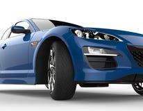 Blauer moderner Rennwagen auf weißem Hintergrund - Scheinwerfer-Nahaufnahme Stockfotos