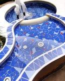 Blauer Mosaikbrunnen Stockbilder