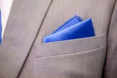 Blauer Mustertaschentuchabschluß oben in der grauen Klage Lizenzfreies Stockbild