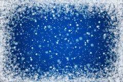 Blauer nächtlicher Himmel mit Sternen und Schnee-Hintergrund Stockfoto