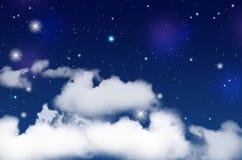 Blauer nächtlicher Himmel mit weißen Wolken und glänzenden Sternen Stockfoto