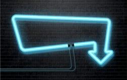 Blauer Neonpfeil lokalisiert auf schwarzer Backsteinmauer Stockbild