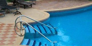 Blauer netter Swimmingpool lizenzfreies stockbild