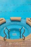 Blauer netter Swimmingpool stockbild