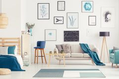 Blauer offener Raum mit Poster stockfotografie