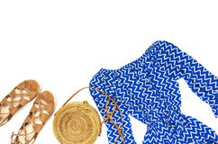 Blauer Overall der stilvollen modischen weiblichen Sommerkleidungs Kleider, Rattantaschen-Zweigeukalyptus der Sandalen runder auf stockfotografie
