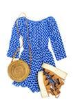 Blauer Overall der stilvollen modischen weiblichen Sommerkleidungs Kleider, Rattantaschen-Zweigeukalyptus der Sandalen runder auf lizenzfreie stockfotos