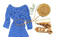Blauer Overall der stilvollen modischen weiblichen Sommerkleidungs Kleider, Rattantaschen-Zweigeukalyptus der Sandalen runder auf lizenzfreie stockbilder