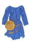 Blauer Overall der stilvollen modischen weiblichen Sommerkleidungs Kleider, runde Rattantasche auf Hippie-Blick Frau des weißen H stockfoto